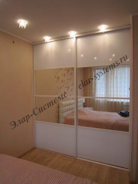 Гардероб в спальне в нише с раздвижными дверьми