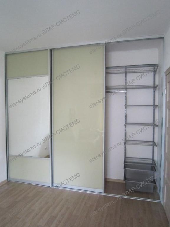 """Встроенный шкаф (арт.504044). Ширина 3090 мм, глубина 650 мм, высота 2740 мм. Гардеробная система - ARISTO, цвет """"металлик"""". Двери-купе: профиль - ARISTO матовый хром, вставки - цветное стекло """"бежевый""""/зеркало."""